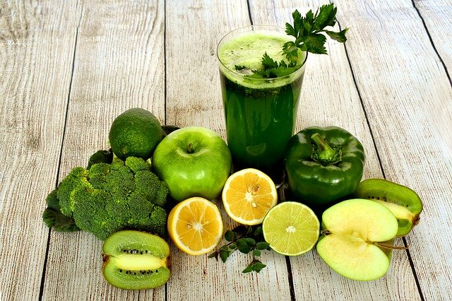 green vegetables and its juice in glass